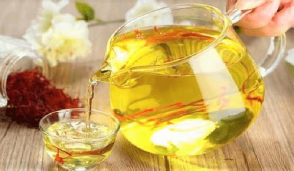 Uống trà Saffron với nước ấm